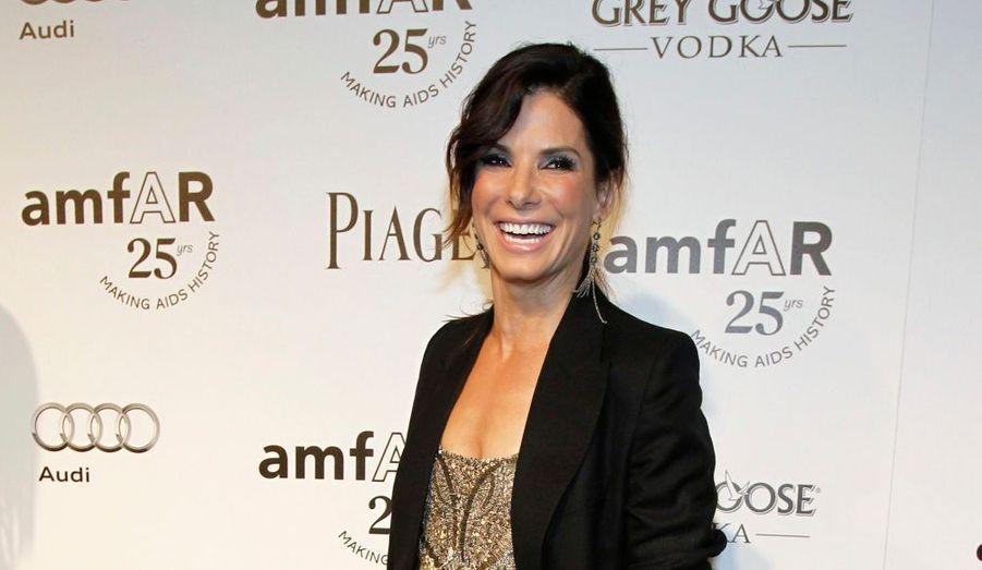 De nombreuses célébrités ont fait le déplacement hier soir à l'occasion du gala Inspiration de l'amFAR à Hollywood, un mois après celui tenu à Milan. Retour en images sur le tapis rouge de la soirée. Ici, Sandra Bullock.
