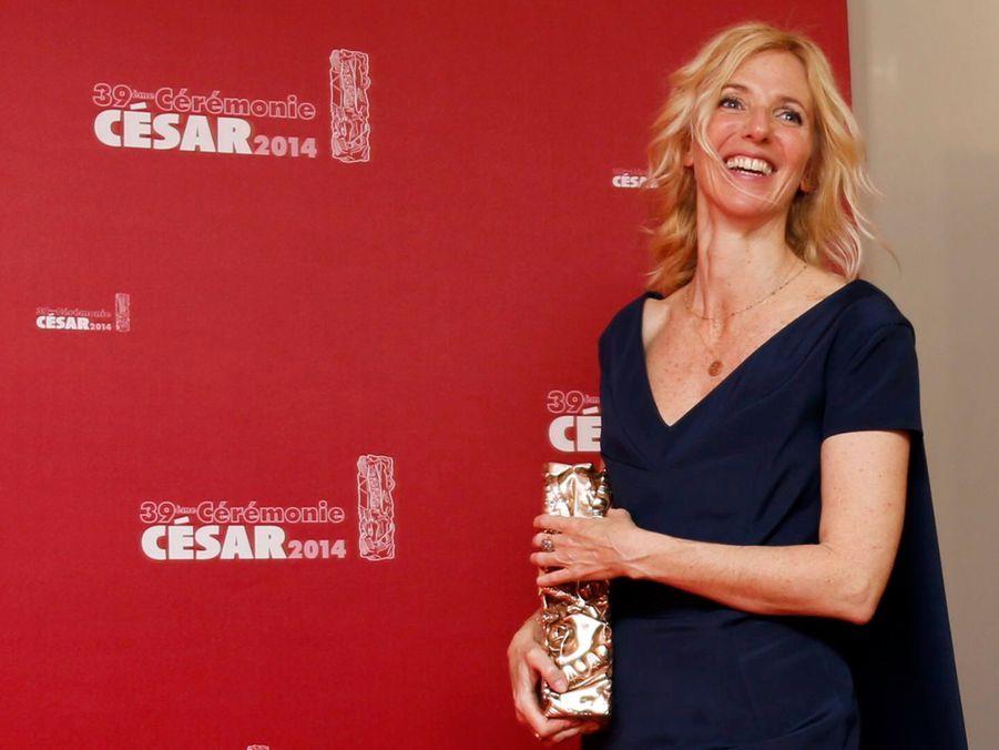 """Sandrine Kiberlain avec son César de la meilleure actrice pour son rôle dans """"9 mois ferme"""" en 2014"""
