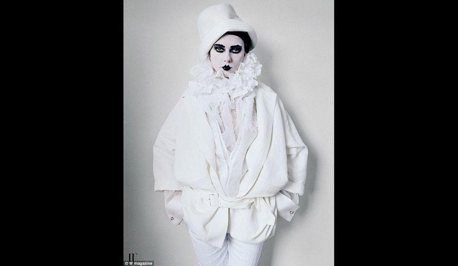 Elle est enfin Sarah Bernhardt, telle que l'avait peinte Giuseppe de Nittis, en Pierrot ambigu.