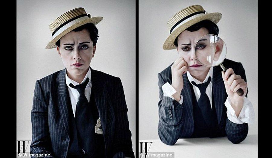 L'actrice se glisse sous le masque impassible de Buster Keaton… Elle tient à la main l'énorme loupe, accessoire du court métrage 'Sherlock Junior' de 1924 où Buster Keaton marche sur les traces du plus grand détective du monde.
