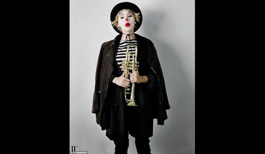 Dans le magazine W, elle revisite l'histoire du cinéma et du théâtre pour le photographe Tim Walker. L'idée de ces photos est née l'année dernière au cours d'un dîner à Paris où le champagne coulait généreusement. Scarlett Johansson devient tour à tour Giulietta Masina dans La Strada…