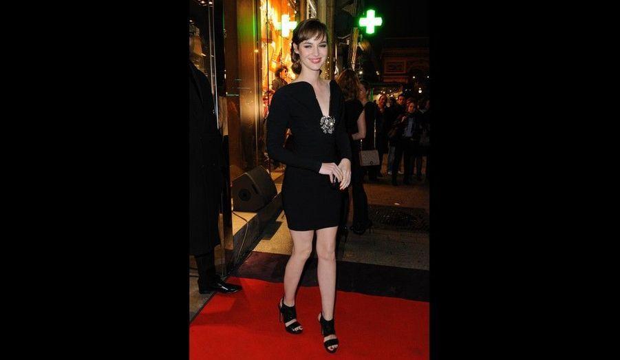 L'actrice, qui a débuté comme Miss Météo sur Canal+, était présente sur les Champs-Elysées.