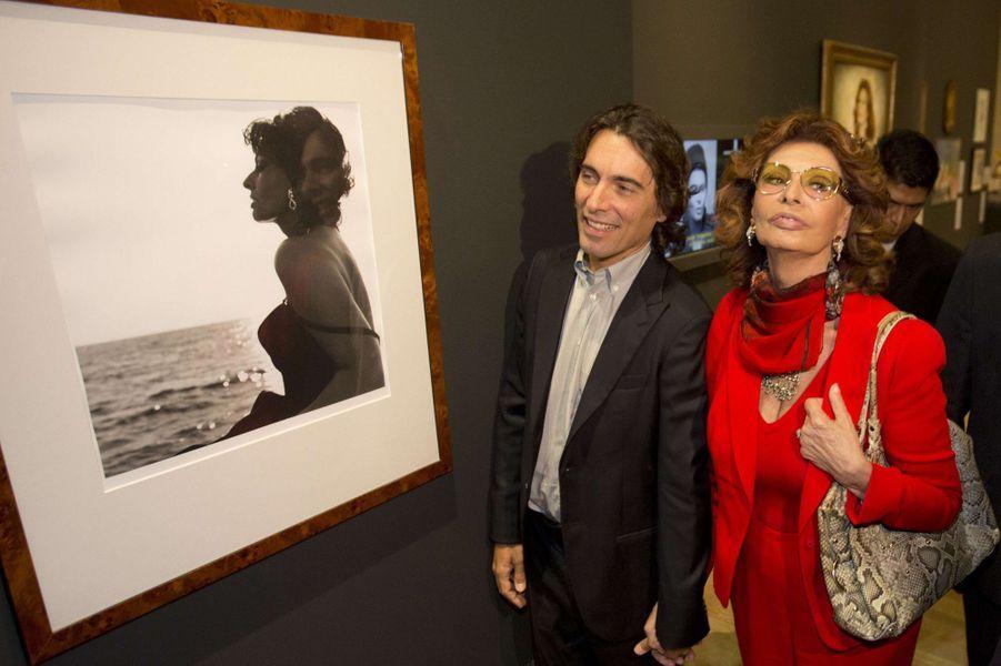Sophia Loren, accompagnée de son fils Carlo Ponti, inaugure l'exposition de ses 80 ans à Mexico, le 18 septembre 2014.