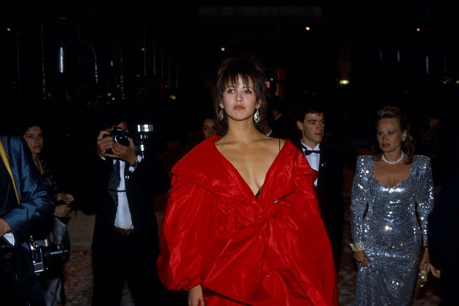 Le 40ème Festival de Cannes se déroule du 7 au 19 mai : arrivée de Sophie Marceau sexy, drapée de rouge.
