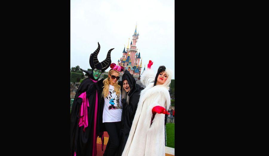 Paris Hilton a eu du soucis à se faire, entourée de Maléfique, de la Méchante Sorcière et de Cruella d'Enfer.