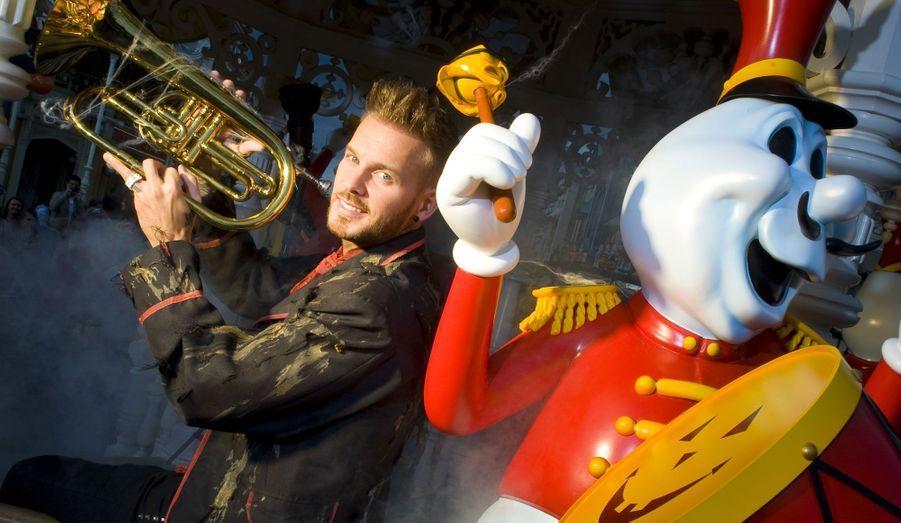 Pour la fête des morts, le chanteur a donné un coup de main aux musiciens.