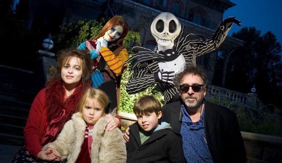 """A l'occasion de la sortie de son dernier film d'animation """"Frankenweenie"""" ce mercredi, Tim Burton et sa famille sont venus vendredi fêter Halloween au Parc Disneyland Paris. Entouré de sa femme, l'actrice Helena Bonham Carter, et de ses deux enfants, il s'est prêté au jeu de la séance photos, en compagnie des personnages de Disney."""