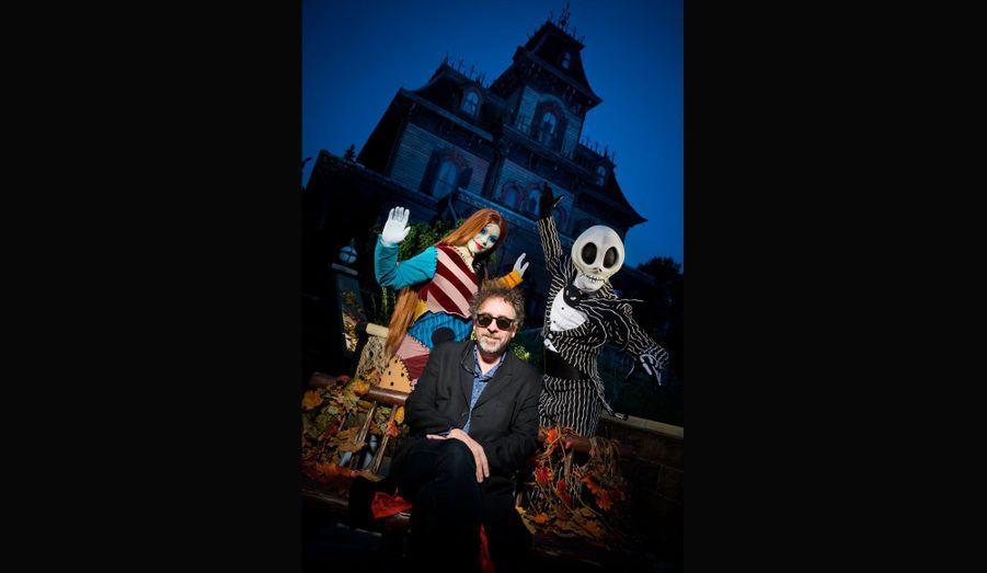 Devant le Phantom Manor, Tim Burton a croisé Jack et Sally, deux personnages tirés de L'Étrange Noël de monsieur Jack, dont il a écrit le scénario en 1993 pour les studios Disney.