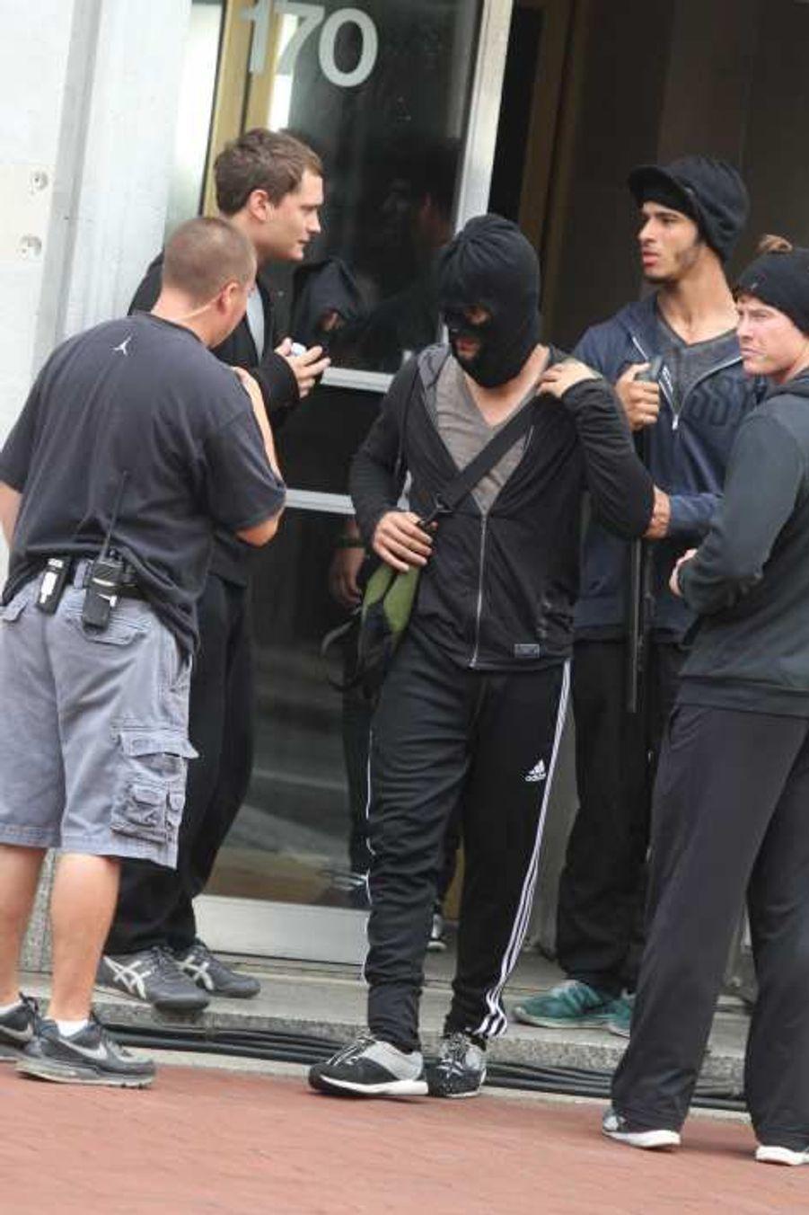 Taylor Lautner (encagoulé) sur le tournage de «Tracers» le 11 juillet dans le New Jersey.