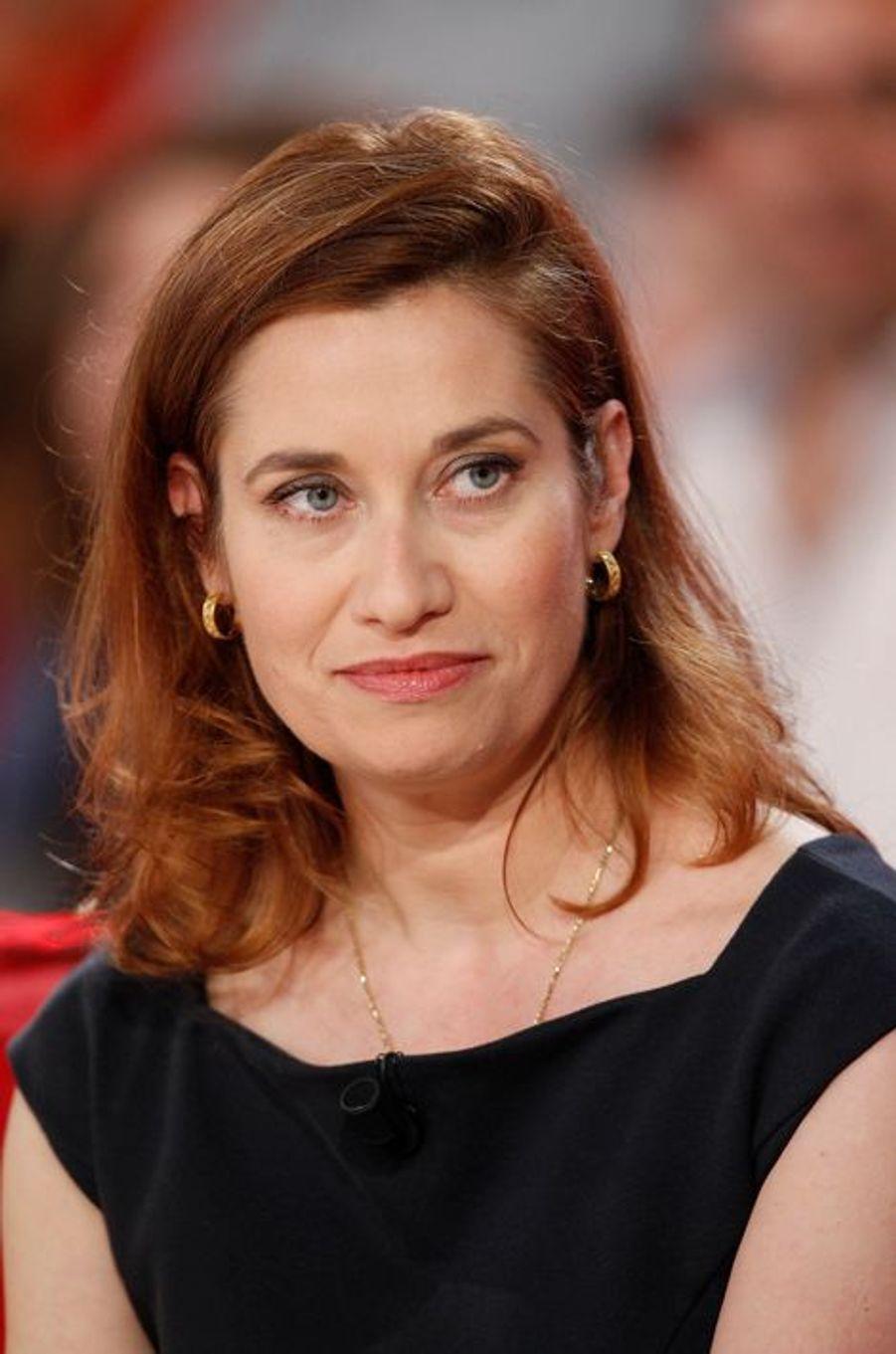 Emmanuelle Devos lors de l'enregistrement de Vivement Dimanche Victor Lanoux, le 12 novembre 2014