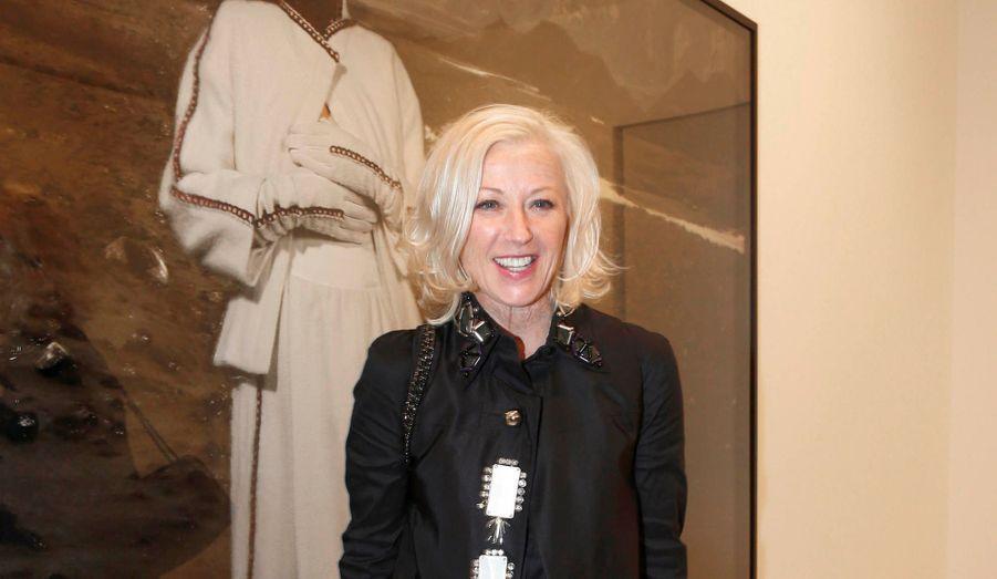 Célèbre photographe, Cindy Sherman est spécialement venue à Paris pour présenter une série d'oeuvres récentes dont elle est toujours le modèle. Depuis trente ans, cette jolie blonde américaine apparaît dans chacun de ses clichés, méconnaissable, jouant aussi bien la femme au foyer que l'aristocrate de la Renaissance. Arrivé l'un des premiers, Vincent Perez a été fasciné par ses images où l'artiste se montre vêtue de tenues Chanel des années 20 et de Karl Lagerfeld contemporaines sur fond de paysages d'Islande, de Capri ou de Stromboli. « J'aime ses mises en scène et ses identités multiples, disait-il pendant que Patrick Demarchelier, Mario Testino, Ellen von Unwerth, Lee Radziwill, Jean Todt s'attardaient devant les cimaises. Ebloui, Benjamin Pech s'exclamait, scotché devant une Cindy Sherman en Chanel dans un décor tourmenté : « Que de beauté et d'austérité ! Je pourrais rester des heures à rêver devant ces photos qui sont pour moi de véritables tableaux. » La star de la soirée s'éclipsa rapidement, peu encline à prendre la pose devant les objectifs braqués sur elle. Pas d'assistant, pas de styliste, depuis toujours Cindy Sherman conçoit ses photos, acquises par de nombreux musées, de A à Z.