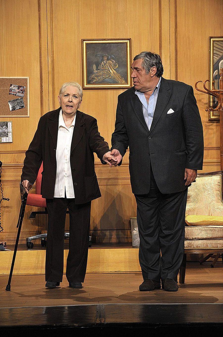 """Triomphe sur les planches pour Claude Gensac et Jean-Pierre Castaldi dans la pièce """"La Perruche et le Poulet"""", en 2008."""