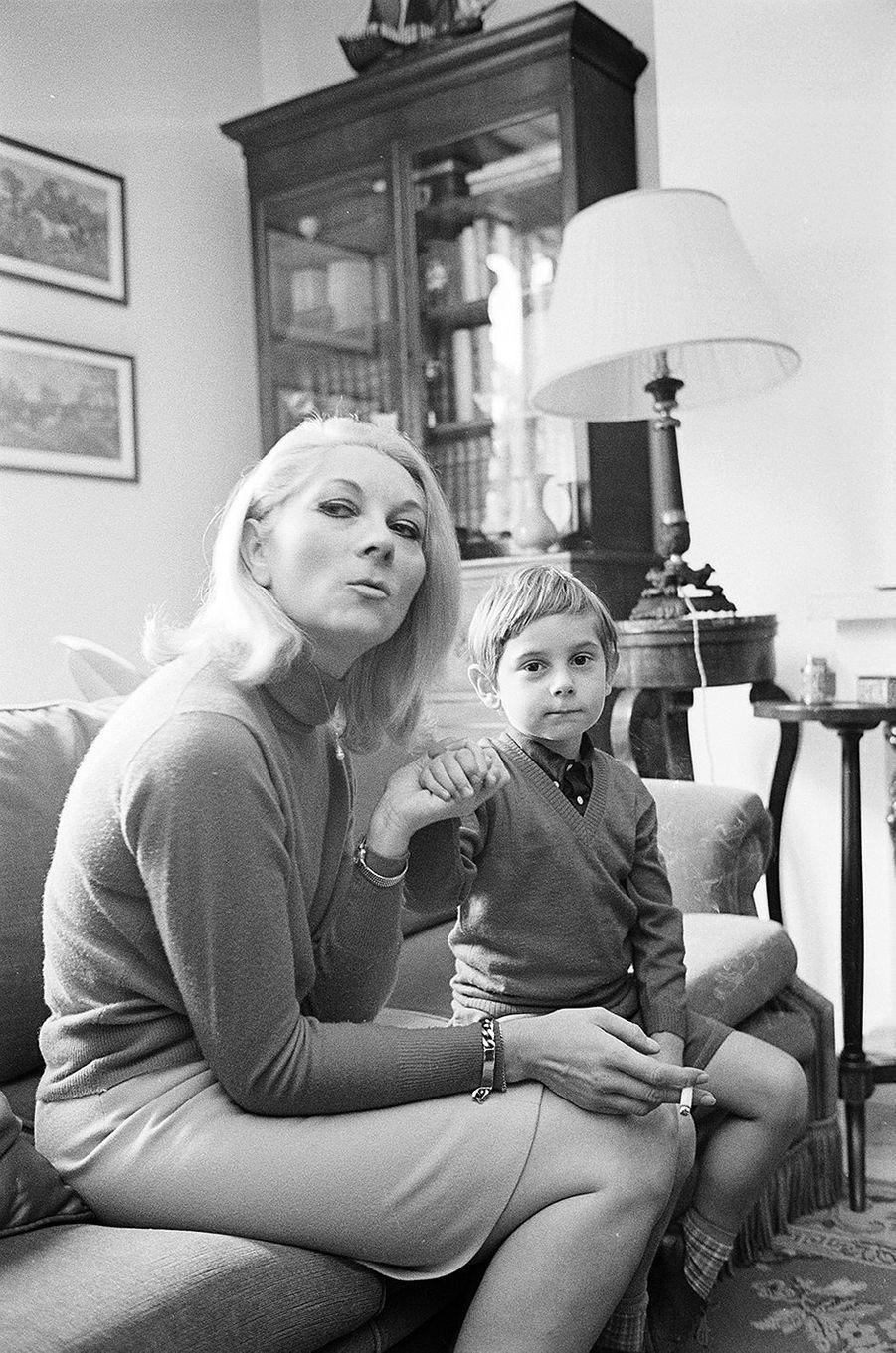 Claude Gensac dans son appartement de Neuilly avec son fils Frédéric, âgé de 5 ans. Février 1968.