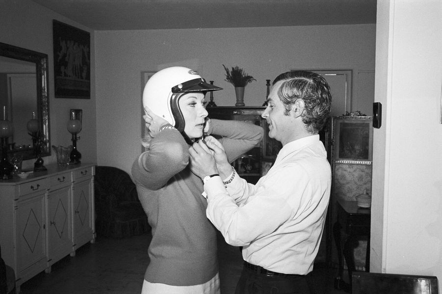 Claude Gensac dans son appartement de Neuilly avec son mari, Henry Chemin, directeur de chez Ford. Février 1968.