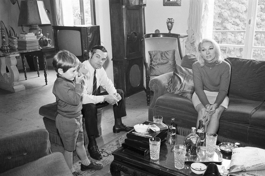 Claude Gensac dans son appartement de Neuilly avec son mari, Henry Chemin, et son fils Frédéric, âgé de 5 ans. Février 1968.