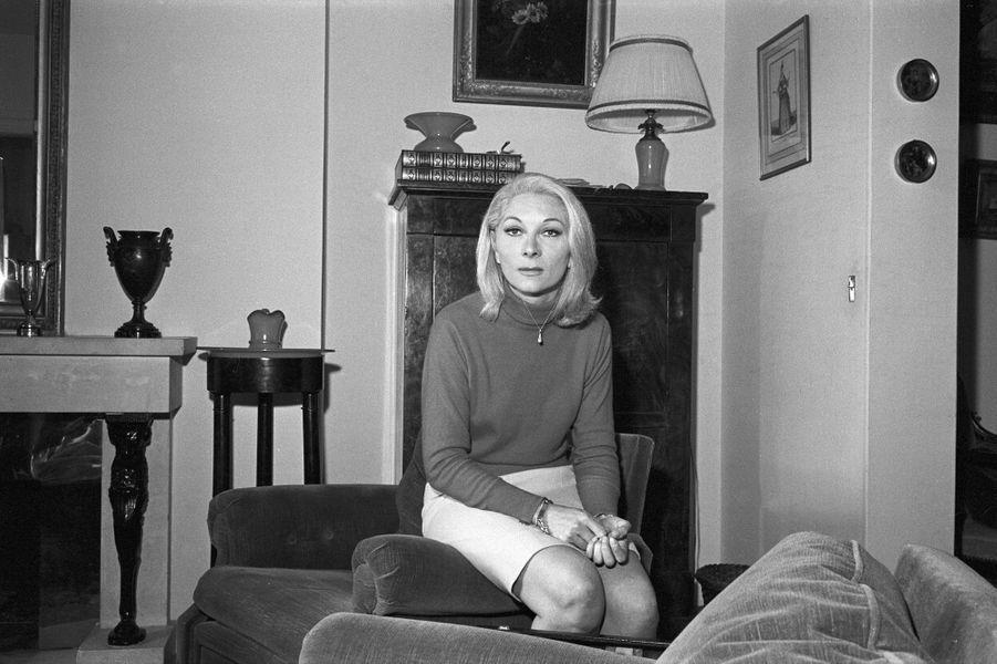 Claude Gensac dans son appartement de Neuilly, en février 1968.