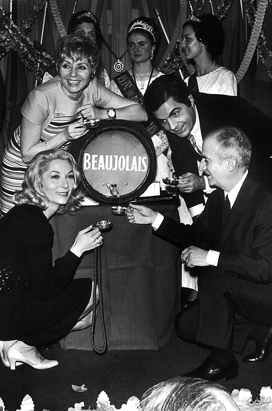 Claude Gensac, Annie Cordy, Roger Pierre et Louis de Funès fêtent le Beaujolais Nouveau en décembre 1968.