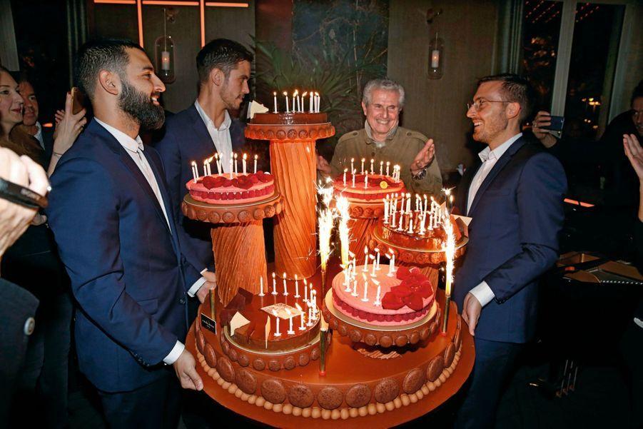 A nous deux ! Claude s'apprête à souffler ses 80 bougies sur une pièce montée impressionnante, décorée de macarons.