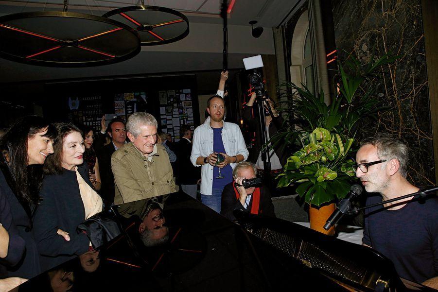 De g. à dr. : Valérie Perrin, Anouk Aimée et Claude Lelouch. Ils écoutent Vincent Delerm interpréter une chanson en l'honneur du réalisateur.