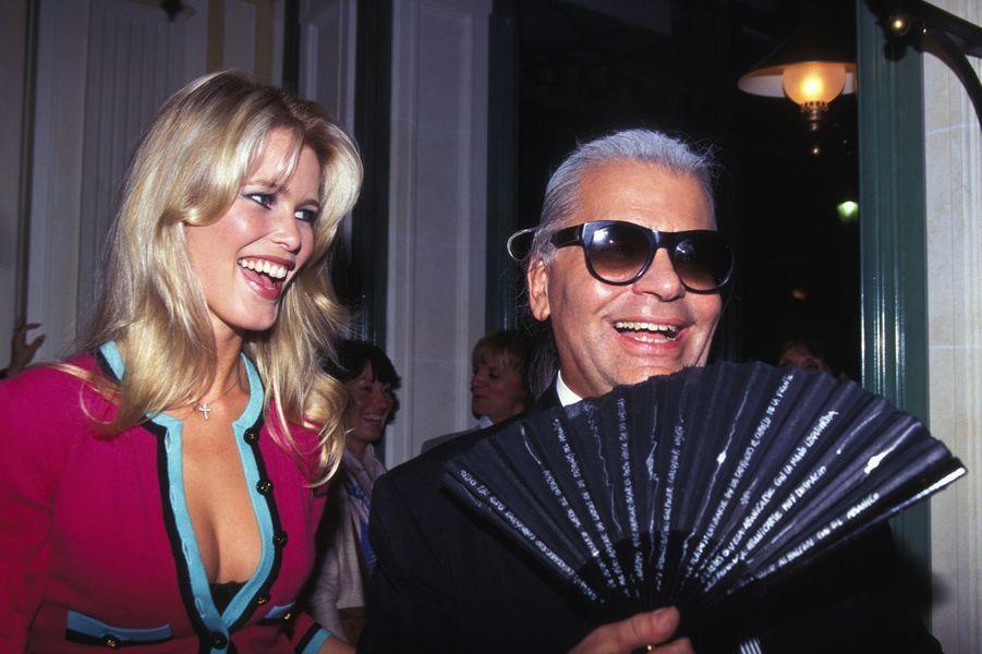 Claudia Schiffer et Karl Lagerfeld à Paris en 1994
