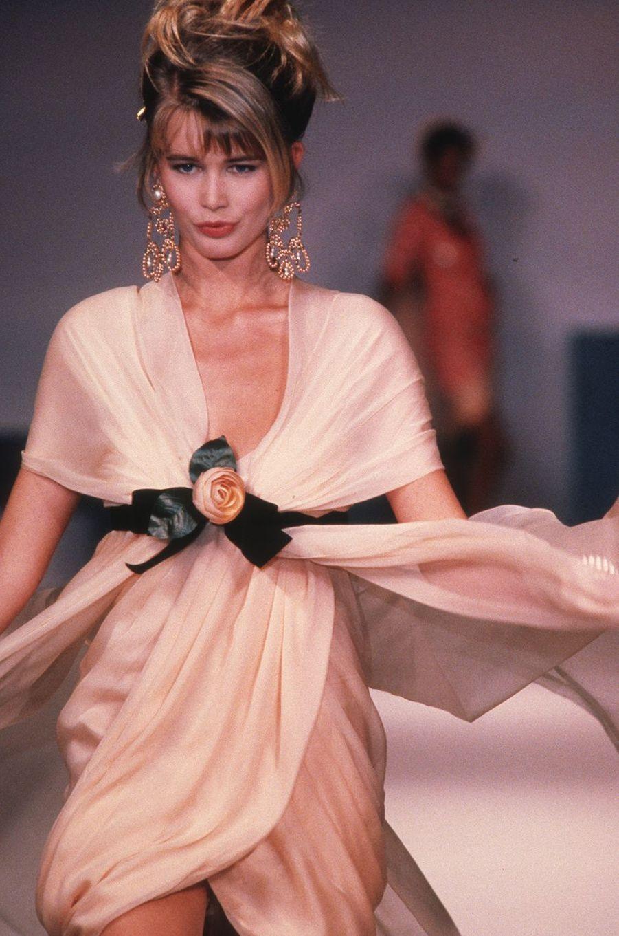 Claudia Schiffer défile pour Chanel à Paris en 1990