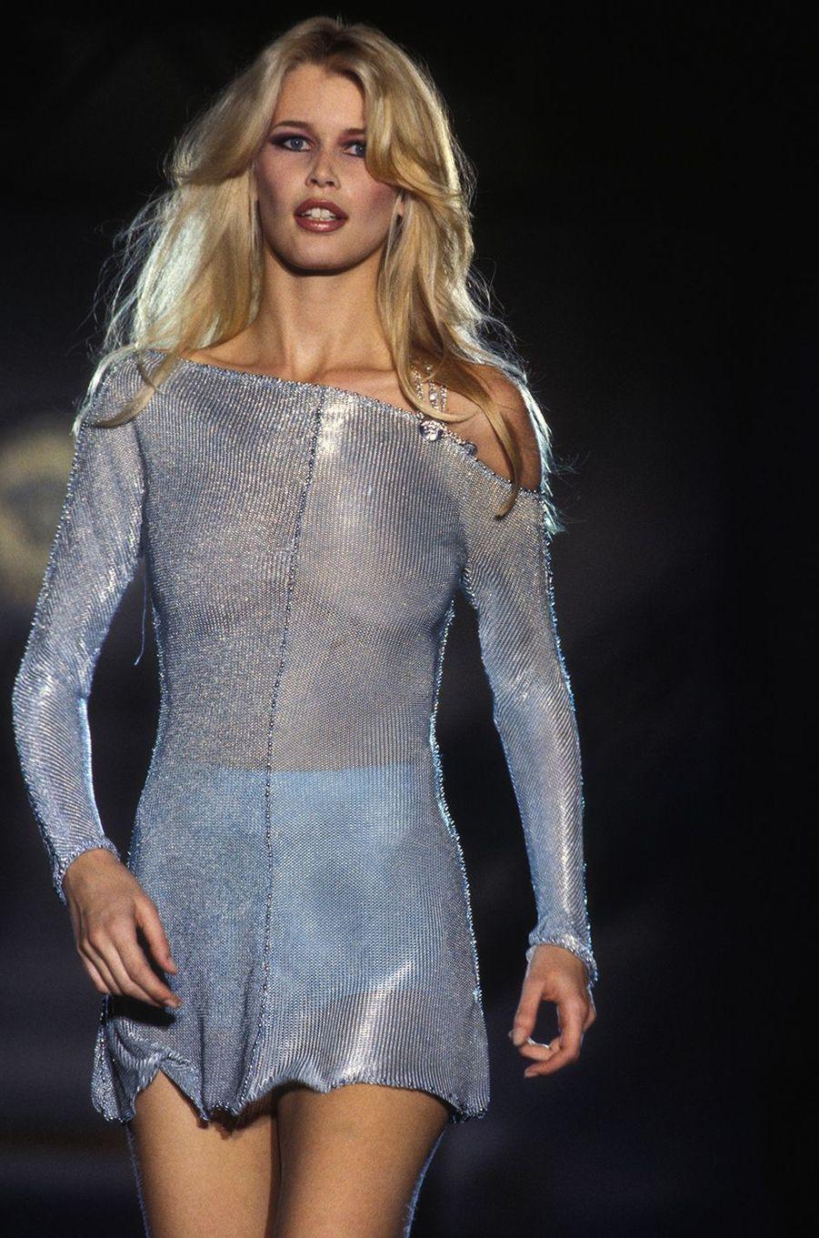 Claudia Schiffer au défilé Valentino à Paris en 1994