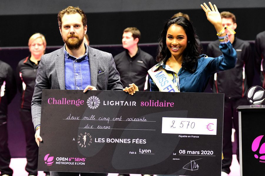 """Clémence Botinoremet un chèque de l'association """"Les bonnes fées"""" lors de la finale du nouveau tournoi de tennis WTA l'""""Open 6ème Sens"""" à Lyon le 8 mars 2020."""