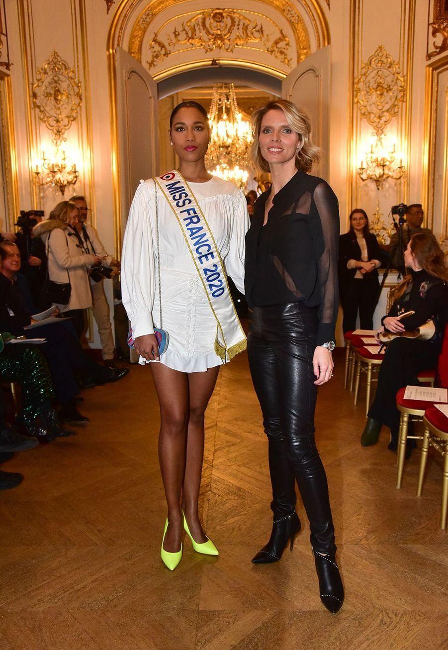 Clémence Botino et Sylvie Tellier lors du défilé La Métamorphose, présenté à la Fashion Week Haute Couture 2020 de Paris.