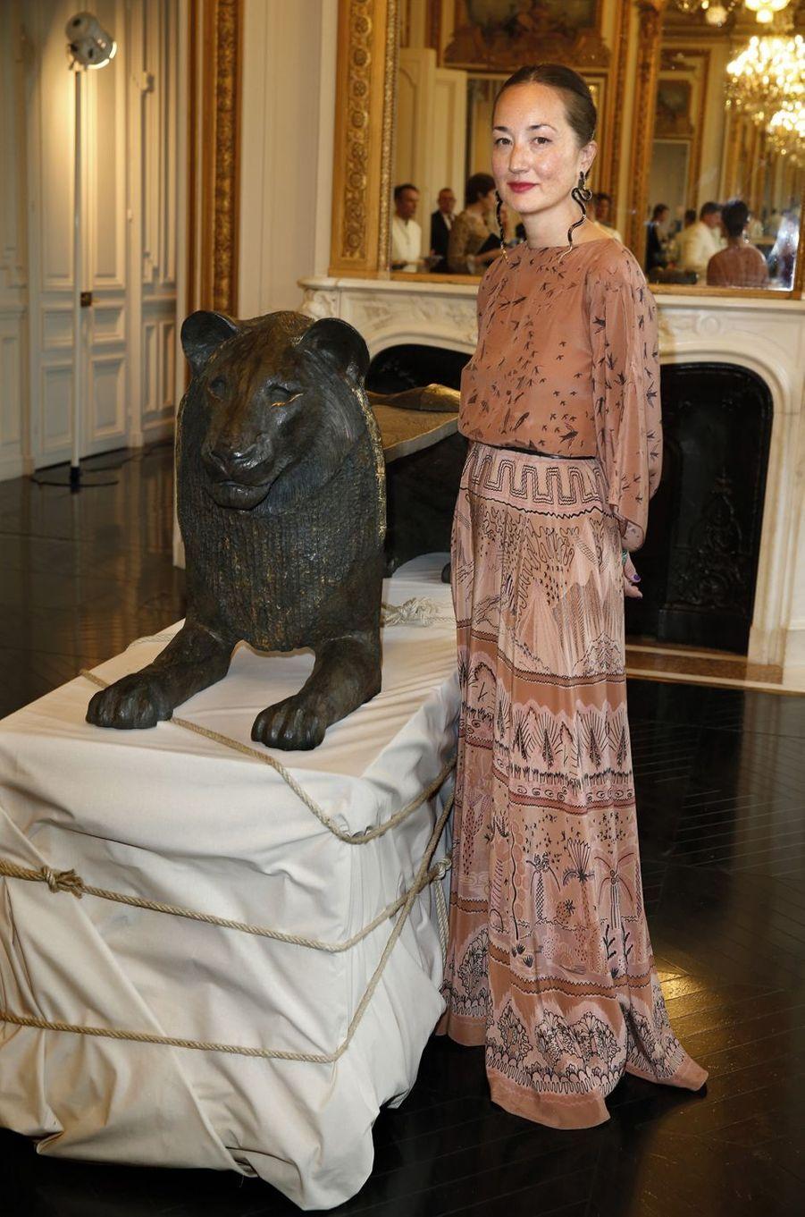 Harumi Klossowska de Rola devant l'une de ses sculptures.
