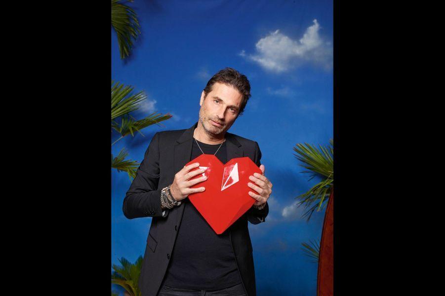 Richard Orlinski et le coeur qu'il a sculpté.