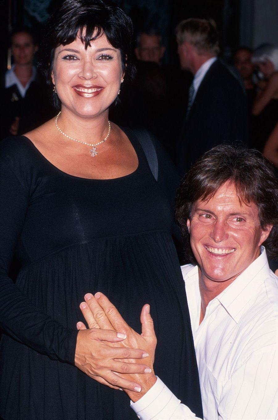 Kris (alors enceinte de sa fille Kylie) et Bruce Jenner lors d'une soirée à Los Angeles en juin 1997