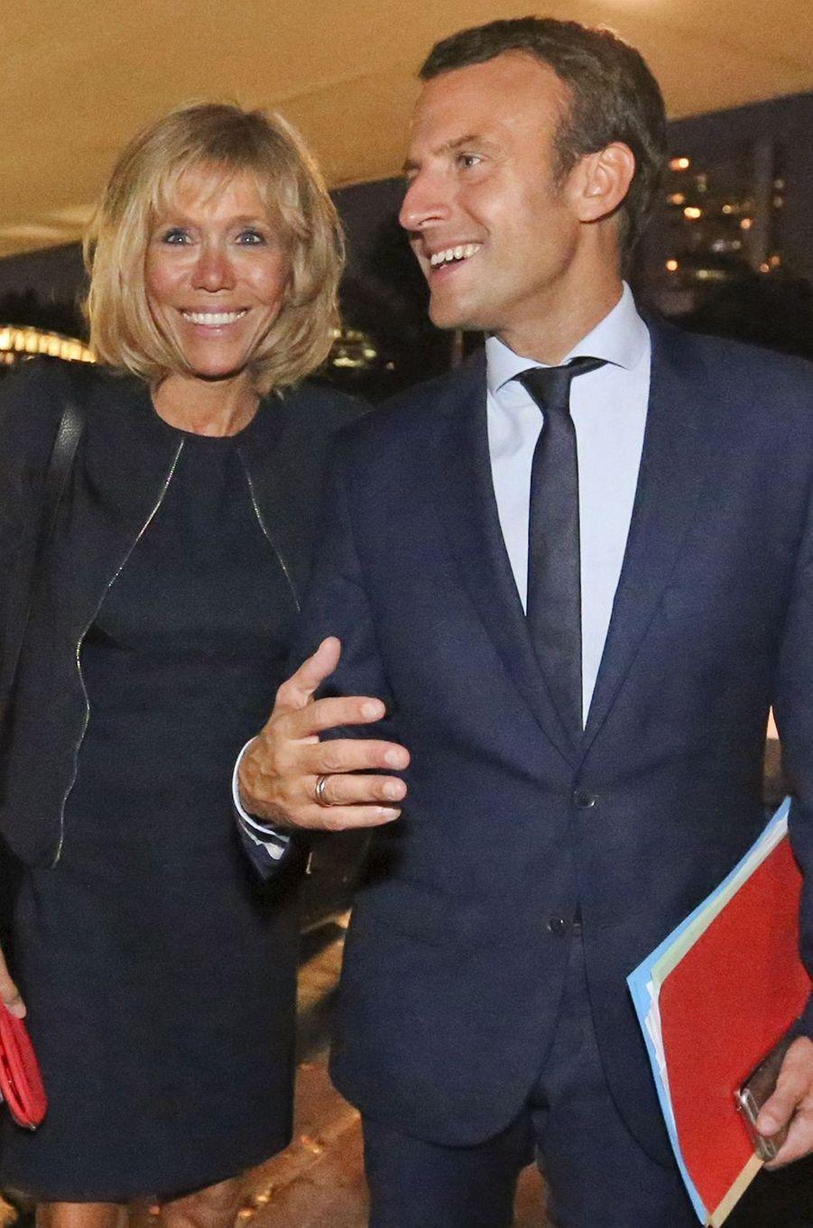 Emmanuel Macron et Brigitte, un été en Une de Match.