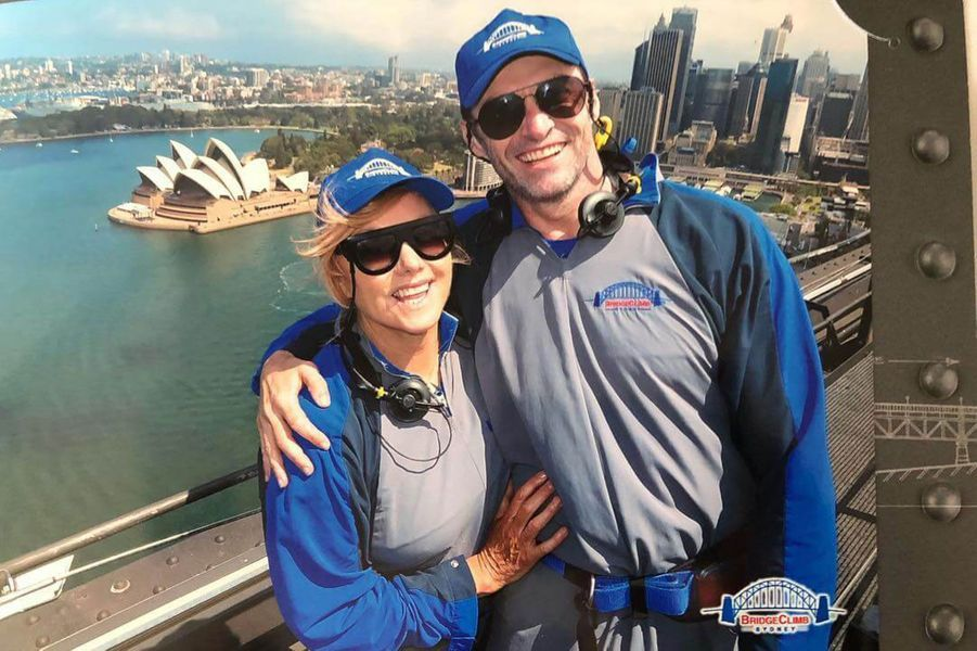 Hugh Jackman et sa femme Deborra-Lee-Furness sur le Sidney Harbour Bridge