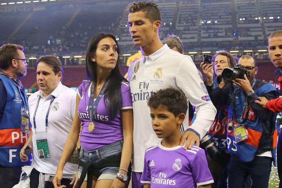 Cristiano Ronaldo, Georgina Rodriguez et Cristiano Junior à Cardiff pour la finale de la Champions League, le 3 juin 2017.