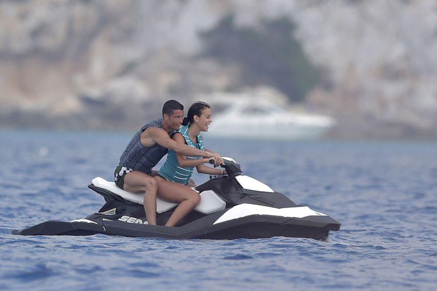 Cristiano Ronaldo et Georgina Rodriguez en vacances à Formentera, le 8 juillet 2017.