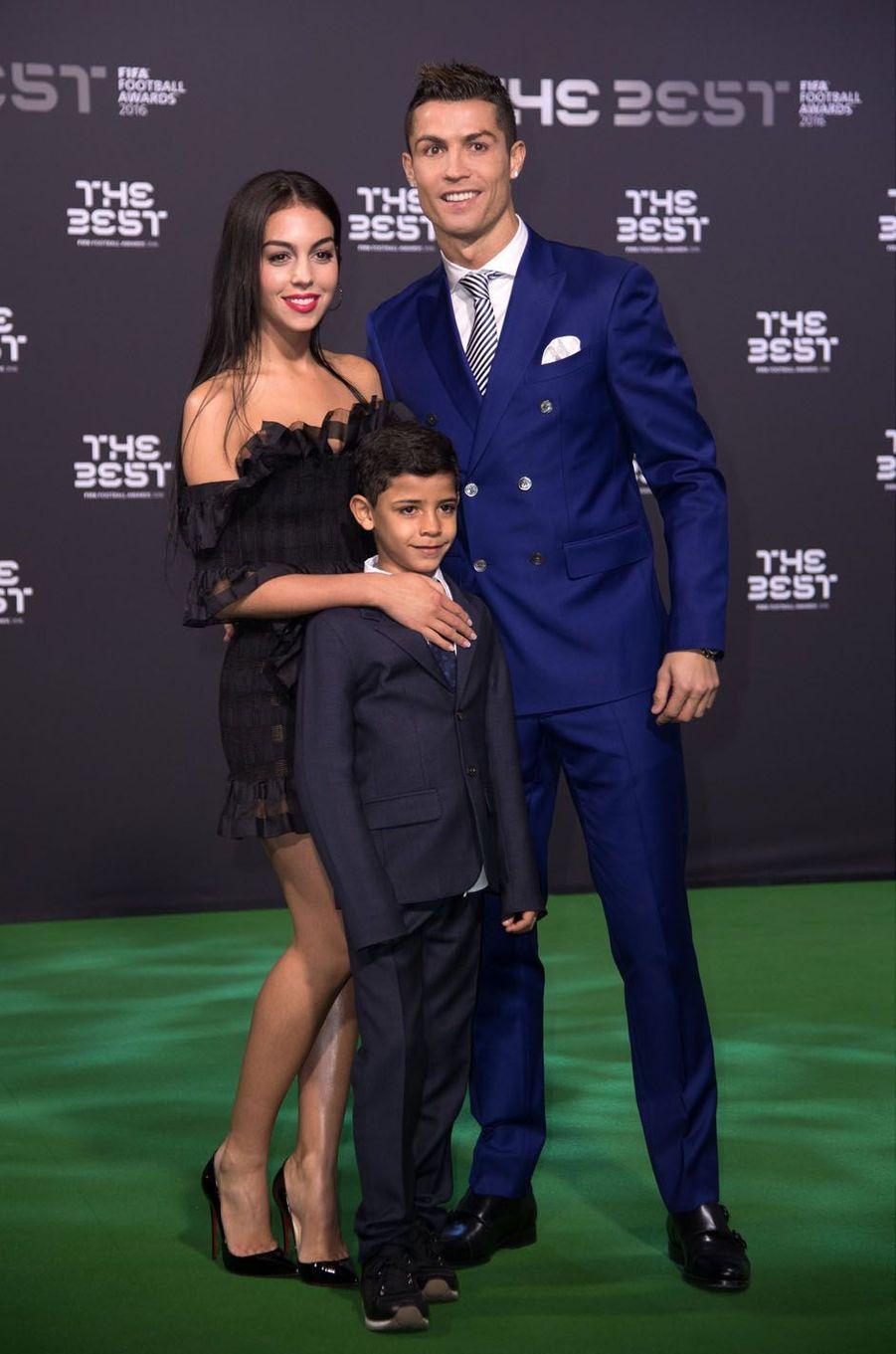 Cristiano Ronaldo, Georgina Rodriguez et Cristiano Junior à Zurich pour la remise des prix Fifa, le 9 janvier 2017.