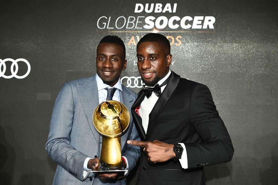 Blaise Matuidi, récompensé pour sa carrière au Globe Soccer Awards à Dubaï, pose avec son frère