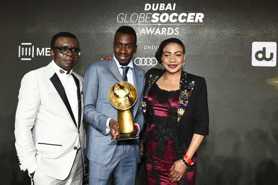 Blaise Matuidi, récompensé pour sa carrière au Globe Soccer Awards à Dubaï, pose avec ses parents