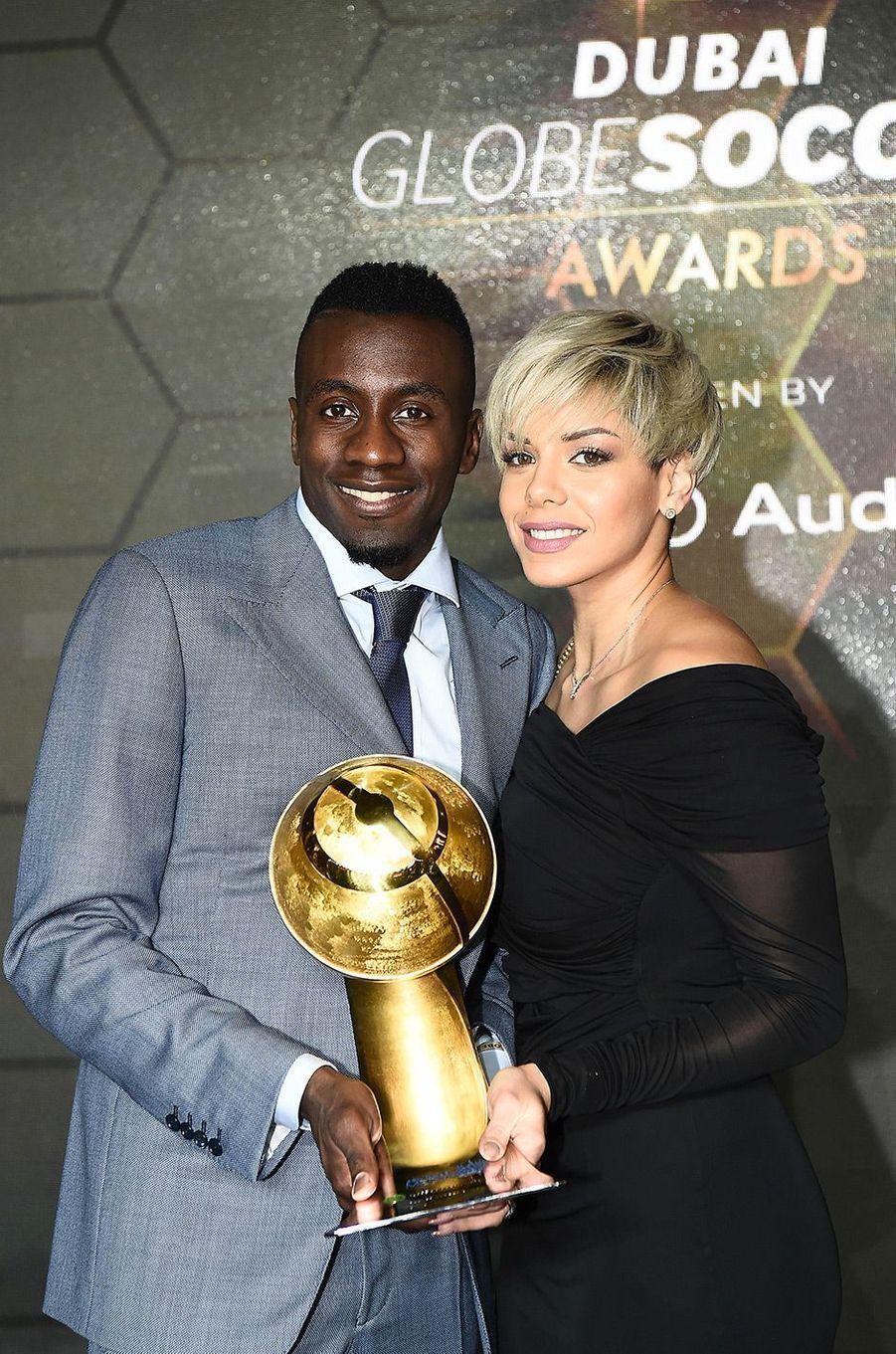 Blaise Matuidi, récompensé pour sa carrière au Globe Soccer Awards à Dubaï, pose avec sa femme Isabelle