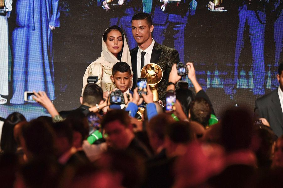 Cristiano Ronaldo élu meilleur joueur de l'année 2018 au Globe Soccer Awards à Dubaï pour la plus grande fierté de sa compagne Georgina Rodriguez et son fils Cristiano Jr.