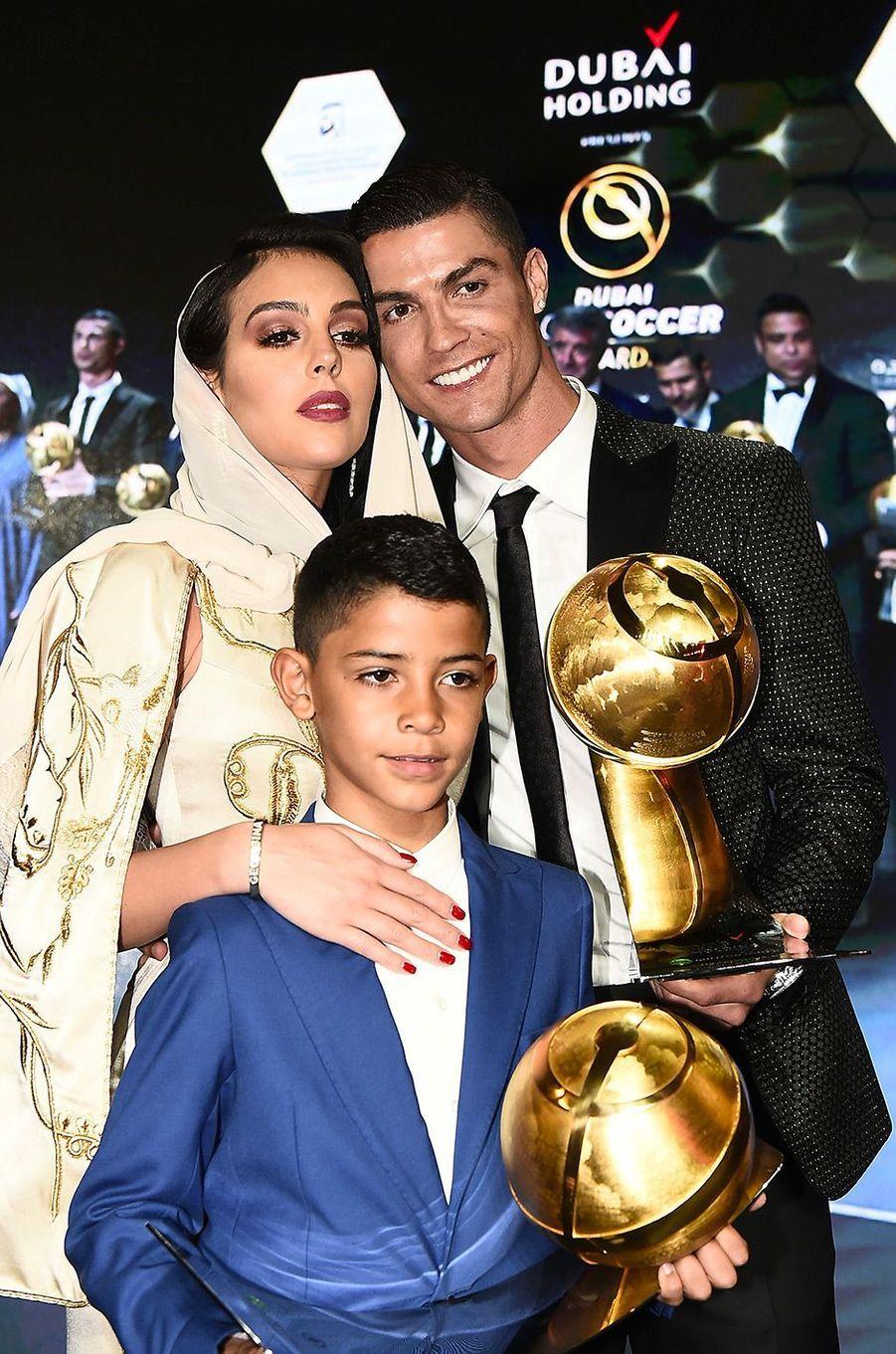 Cristiano Ronaldo élu meilleur joueur de l'année 2018 à Dubaï avec sa compagne Georgina Rodriguez et son fils Cristiano Jr.