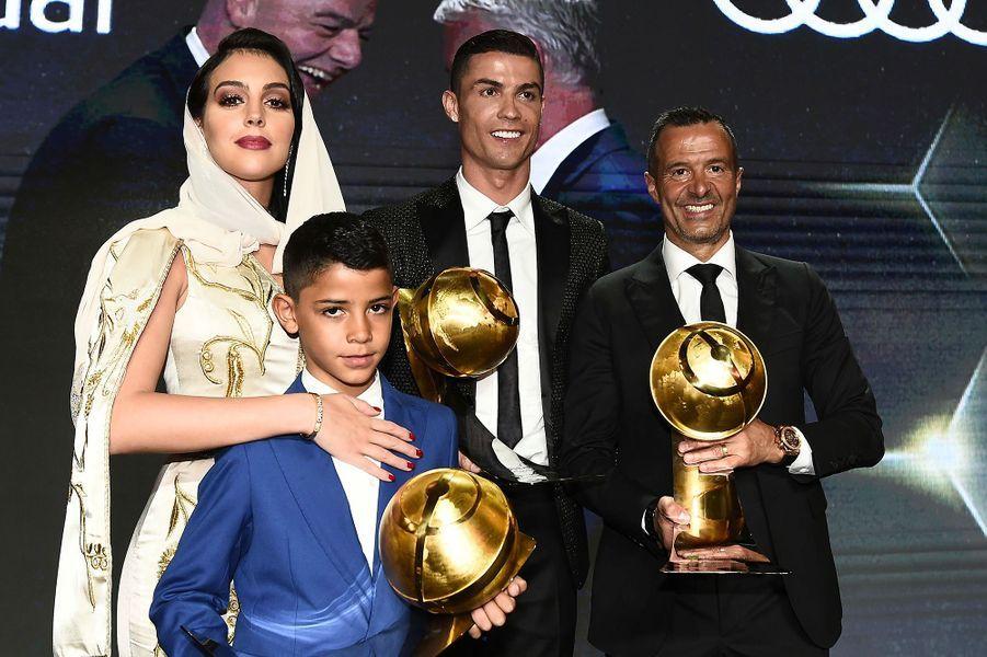 Cristiano Ronaldo à Dubaï avec sa compagne Georgina Rodriguez , son fils Cristiano Jr. et son agent Jeorge Mendes