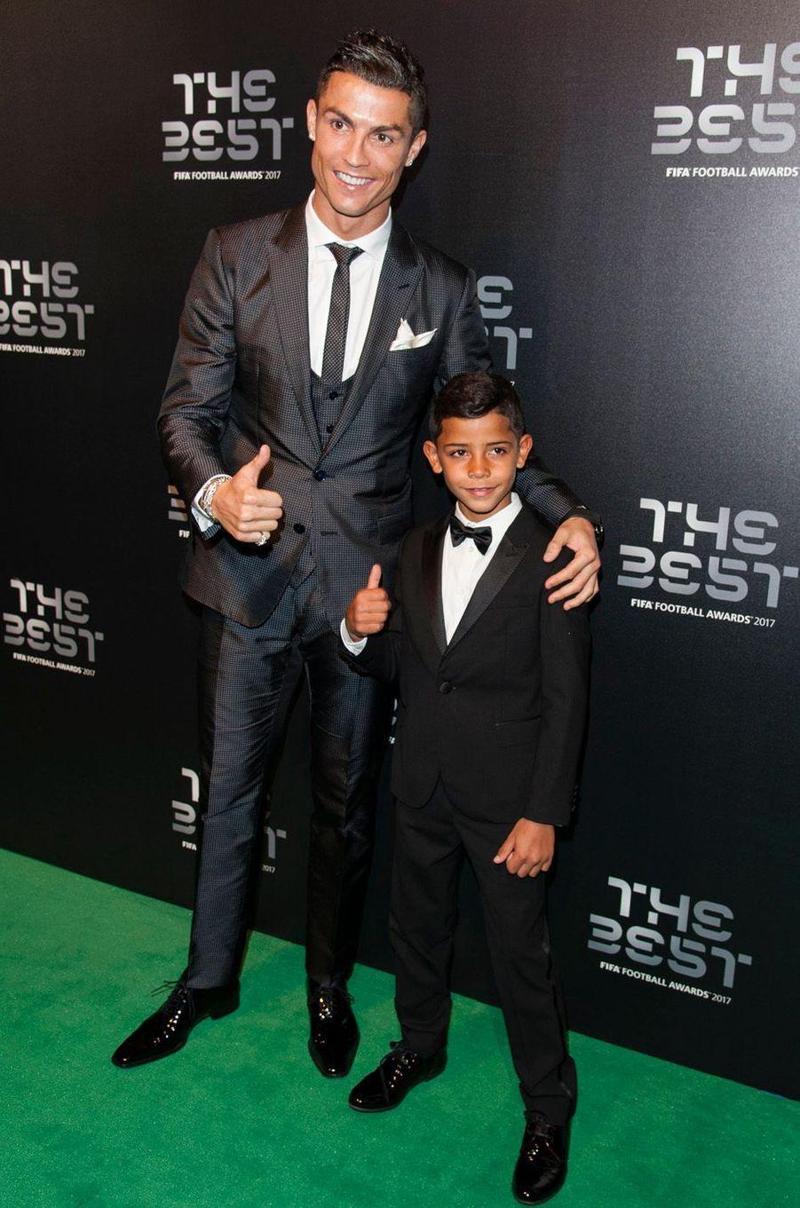Cristiano Ronaldo et son filsà la cérémonie des Best Fifa Football Awards à Londres, le 23 octobre 2017.