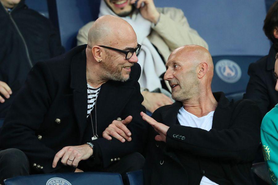 Pascal Obispo et Fabien Barthez dans les tribunes du match PSG-Monaco
