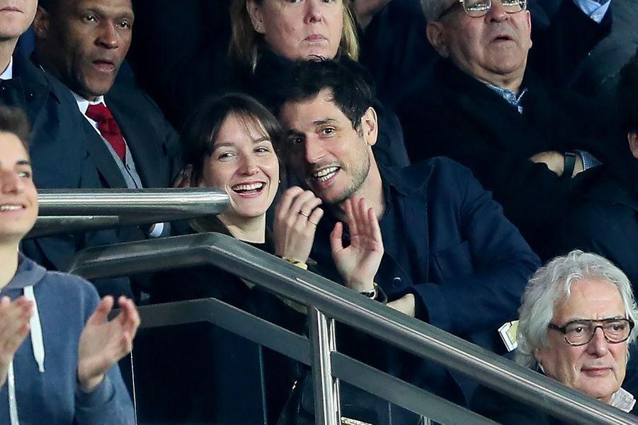 Jérémie Elkaïm et Anaïs Demoustier dans les tribunes du match PSG-Monaco
