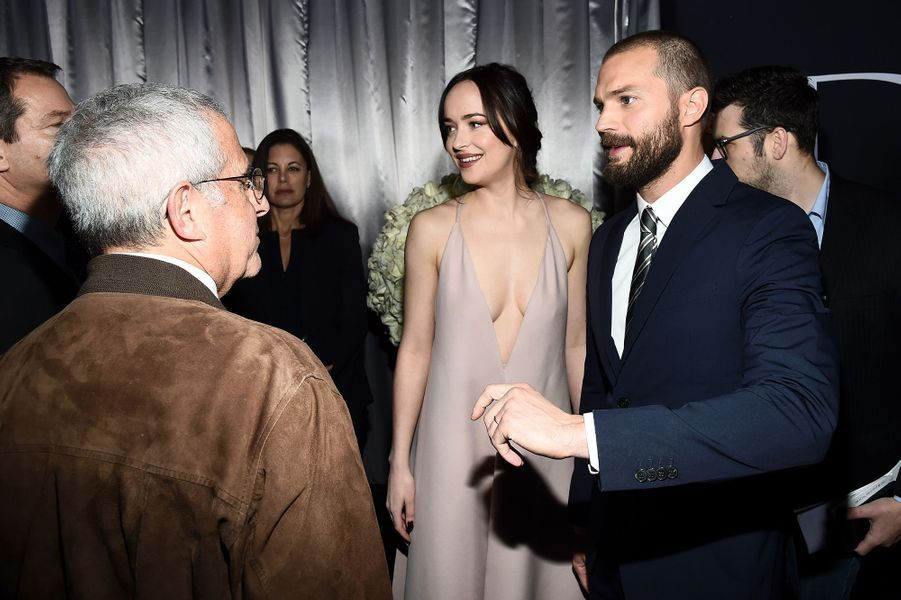 Dakota Johnson et Jamie Dornan complices sur le red carpet de Los Angeles, le 2 février 2017.