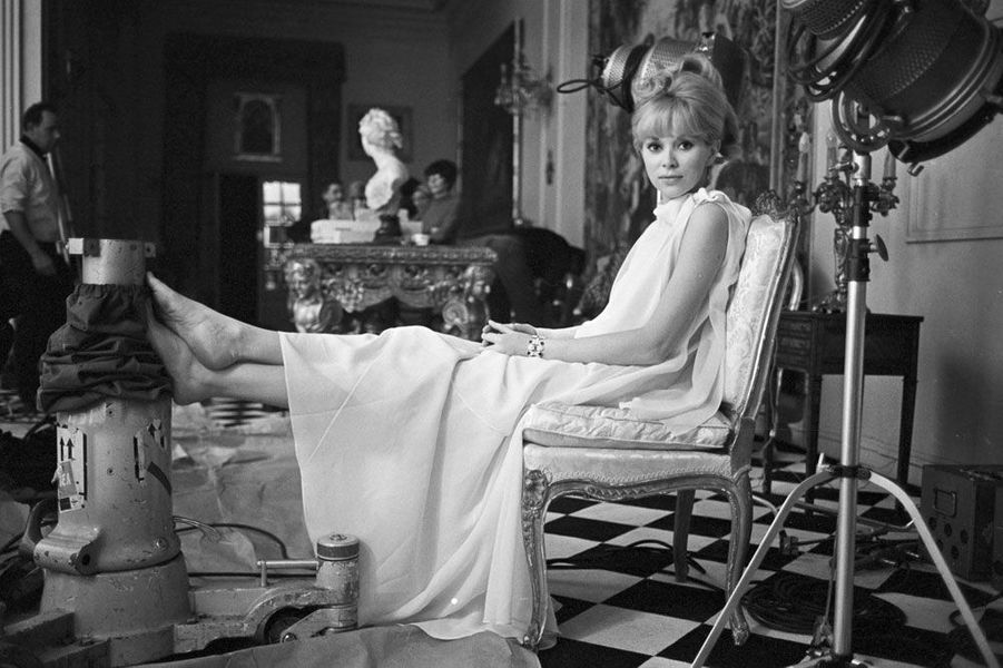 Mireille Darc attend