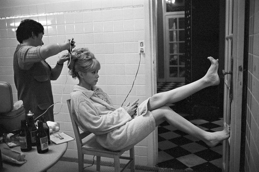 Mireille Darc en train d'être coiffée