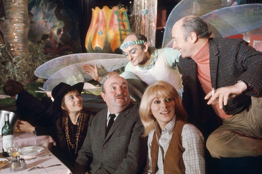 Annie Girardot, Bernard Blier, Mireille Darc et d'autres sur le tournage de «Elle boit pas, elle fume pas».
