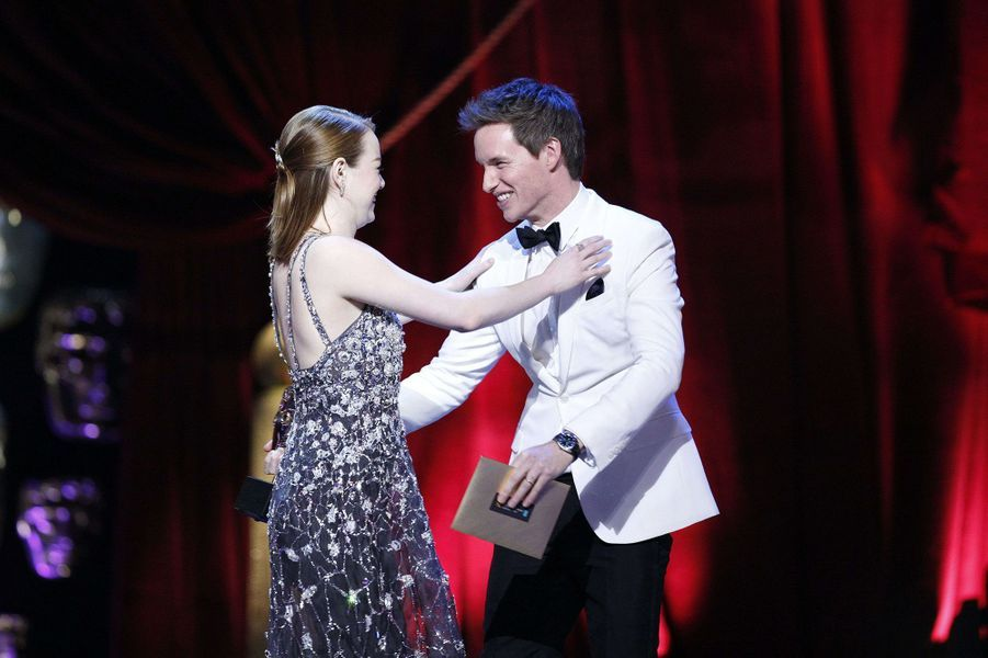 Eddie Redmayne et Emma Stone s'embrassent.
